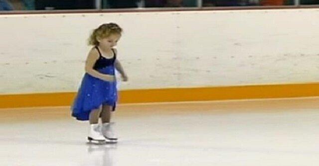3-letnia dziewczynka ledwo utrzymuje się na łyżwach. Po chwili widownia zaniemówiła, widząc jej taniec