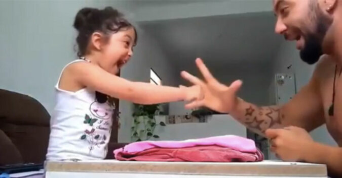 Ojciec i córka zagrali w papier, kamień, nożyce. Zobacz co się stanie gdy ktoś przegra