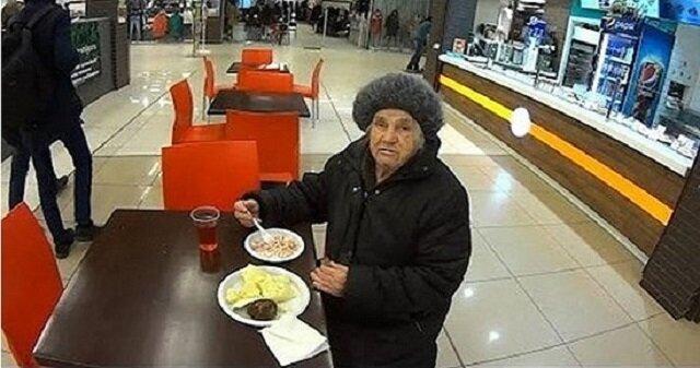 Staruszka zapytała o szklankę gorącej wody. Kelner zachował się zaskakująco
