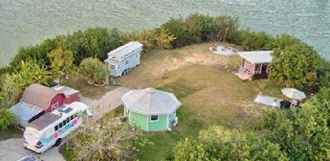 Facet kupił sobie malutką wyspę i zbudował niezwykły dom, w którym mieszka