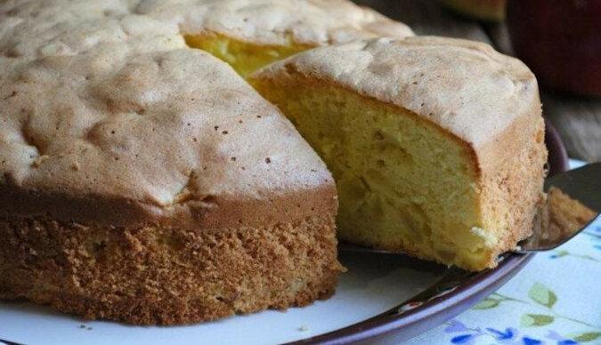 Aromatyczna twarogowa szarlotka z gruszkami: wilgotne i pyszne ciasto