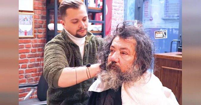 Fryzjer obsługuje bezdomnego pierwszy raz po latach. Jego metamorfoza jest niesamowita