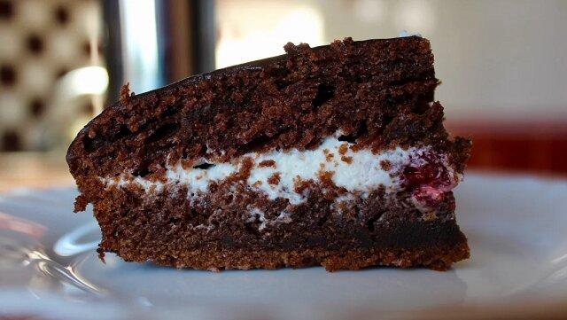 Niesamowicie wilgotne i bardzo czekoladowe ciasto. Tylko 5 łyżek kwaśnej śmietany na krem