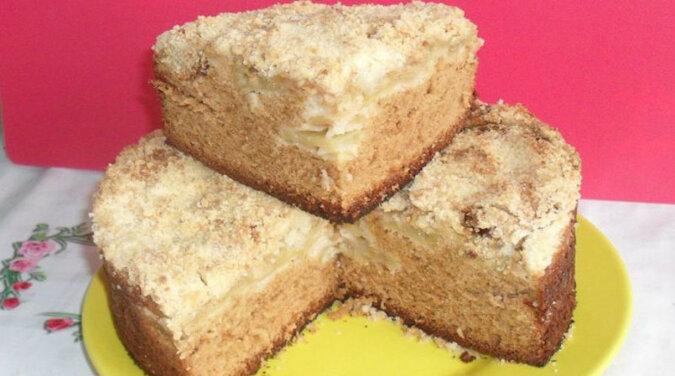 Szarlotka z miodem na szybko. Przygotowanie ciasta jest bardzo proste