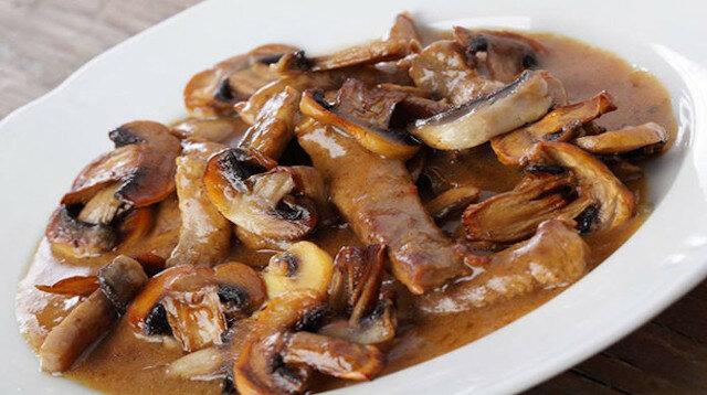 Stroganov wołowy z pieczarkami: danie, które uwodzi
