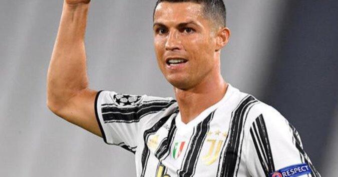 Na konferencji prasowej Ronaldo demonstracyjnie odstawił butelkę Coca-Coli