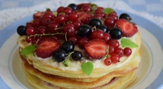 Domowe kruche ciasto z jabłkami i wiśniami - pyszne i aromatyczne