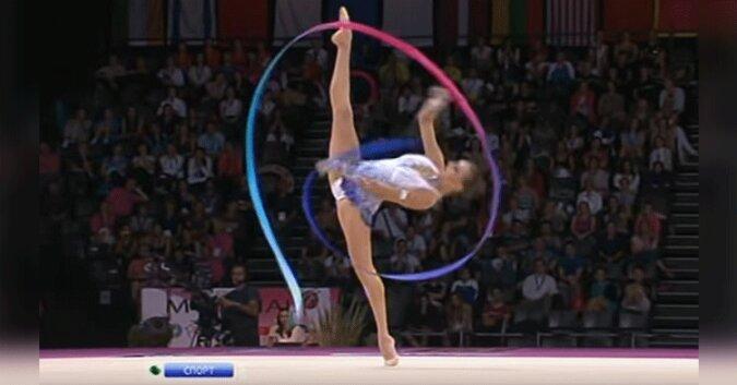 Miliony podziwiają rytmiczną gimnastyczkę dzięki jej cudownej rutynie. Co za gwiazda