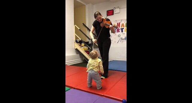 Maluch po raz pierwszy usłyszał skrzypce i poruszył serca wszystkich swoją reakcją. Wideo