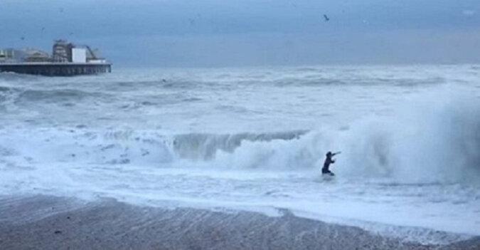 Film nakręcony przez świadków: dziewczyna próbuje uratować psa z lodowatej wody